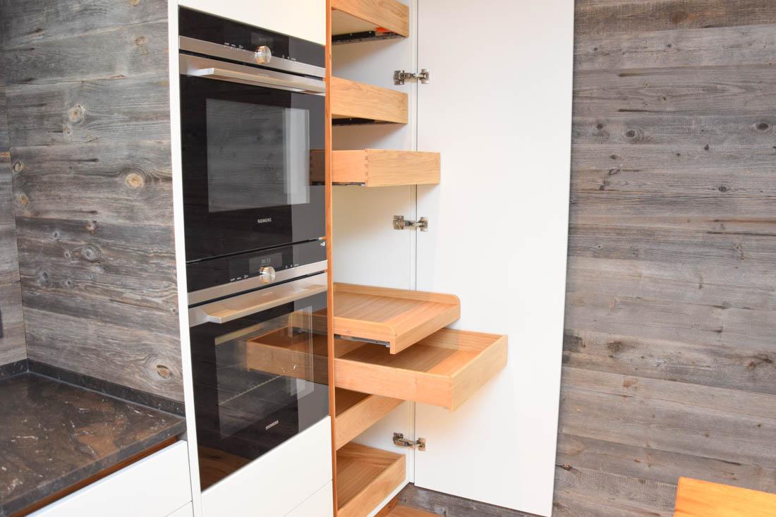 Küche Altholz, grifflos, matt weiß lackiert