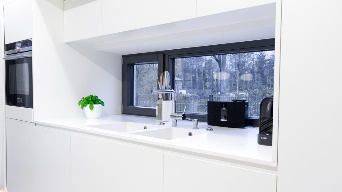 Küche Mineralwerkstoff / Eiche + Sitzlounge